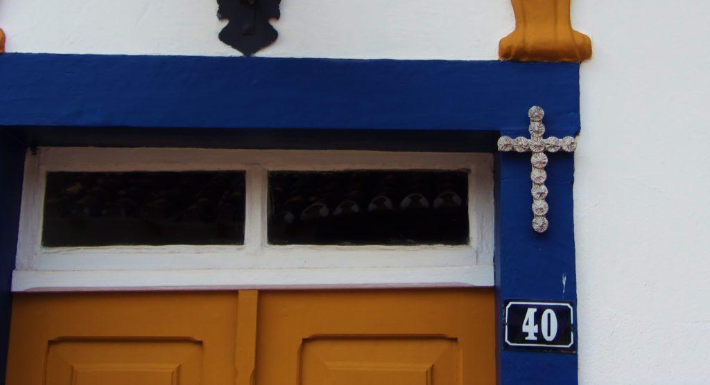 Cruzes feitas de fuxico são fixadas nas portas dos casarões antigos de Tiradentes