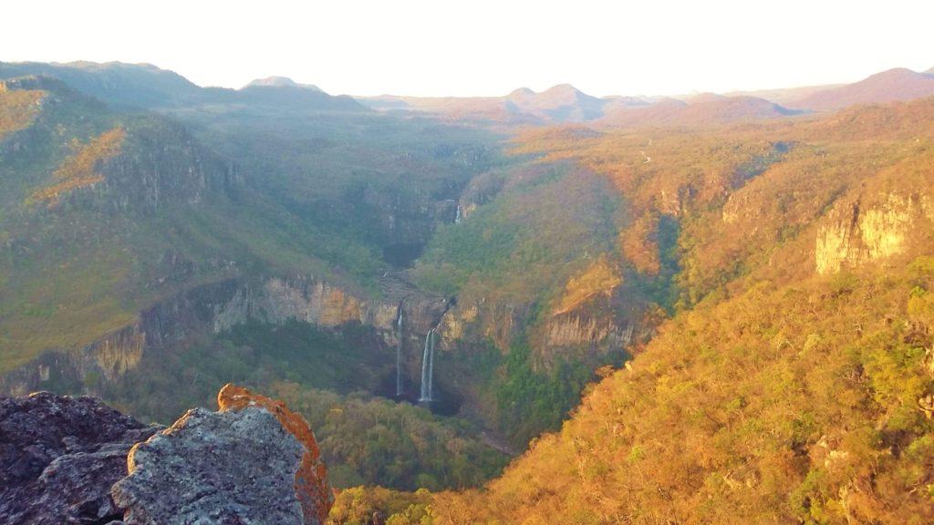 Do Mirante da Janela se vê a queda das cachoeiras do Salto do Rio Preto em meio as montanhas da Chapada dos Veadeiros