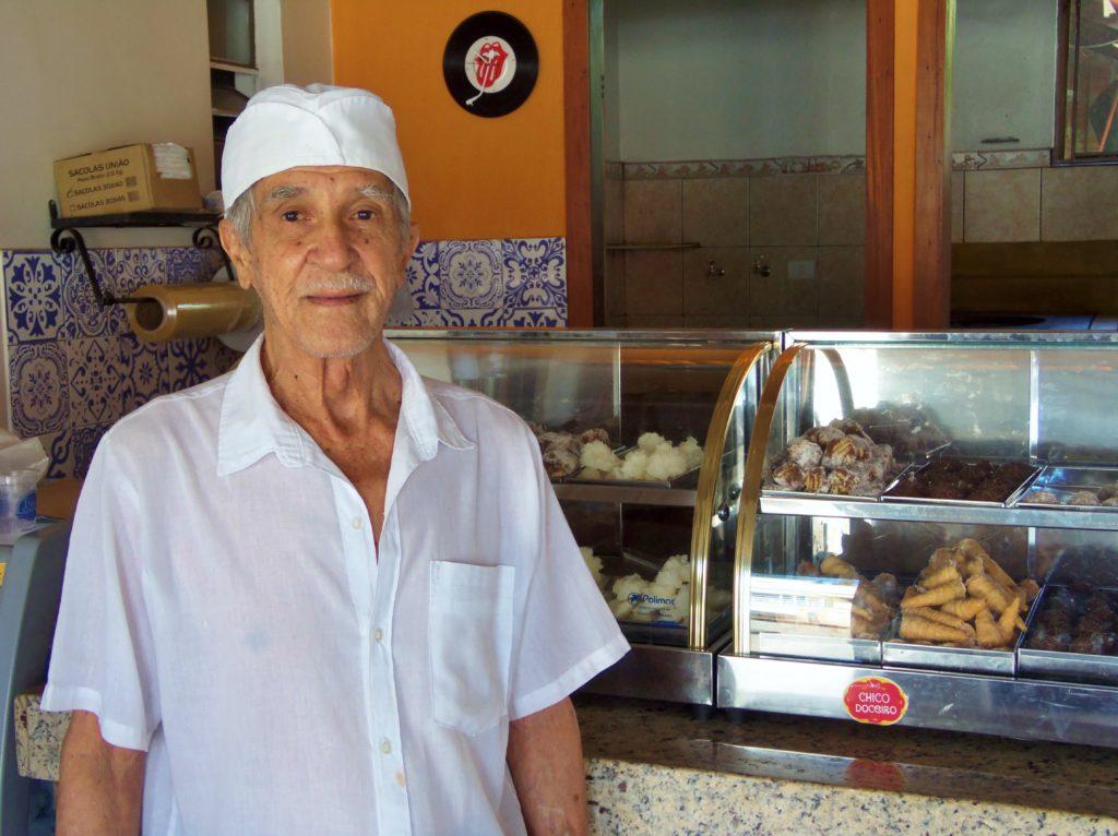 Chico Doceiro sempre vestia uniforme branco e na sua loja ficam expostos os doces mineiros para venda.