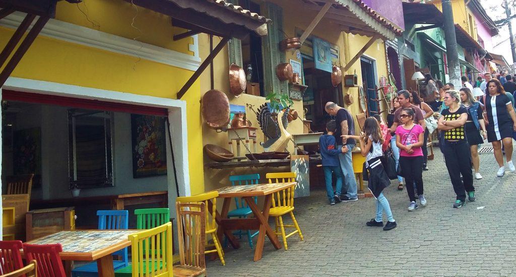 Ruas de Embu das Artes são cheias de ateliês de artes, com móveis coloridos