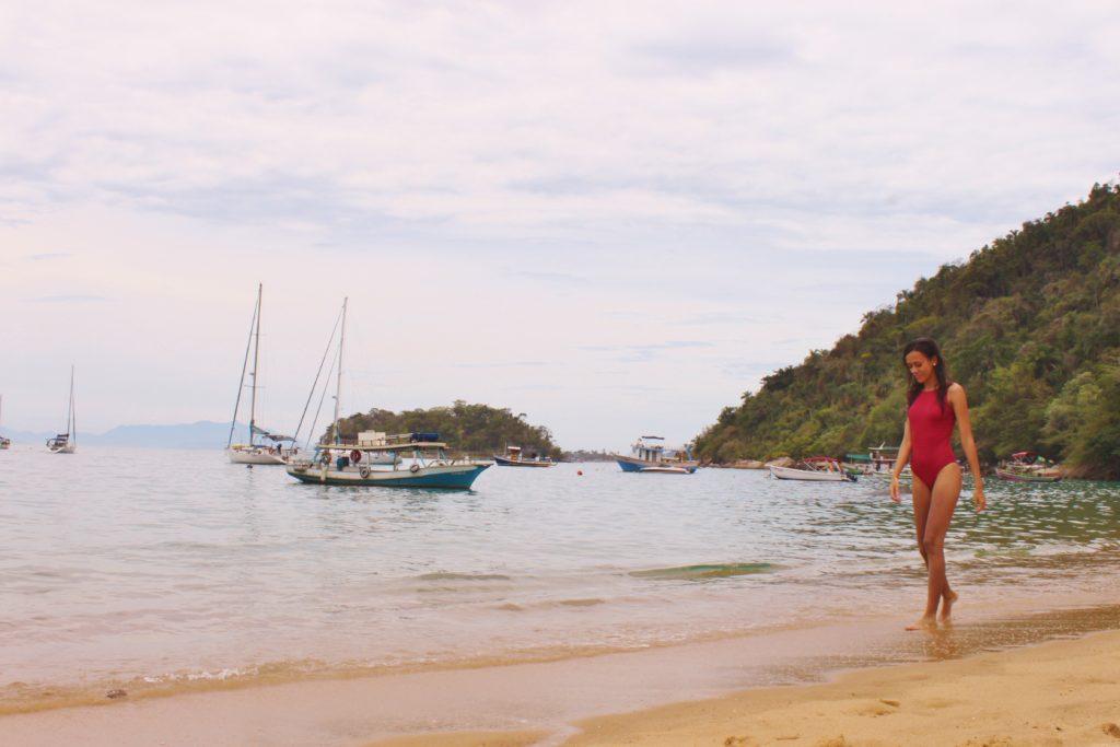 na beira da praia de trindade, os barcos ficam atracados