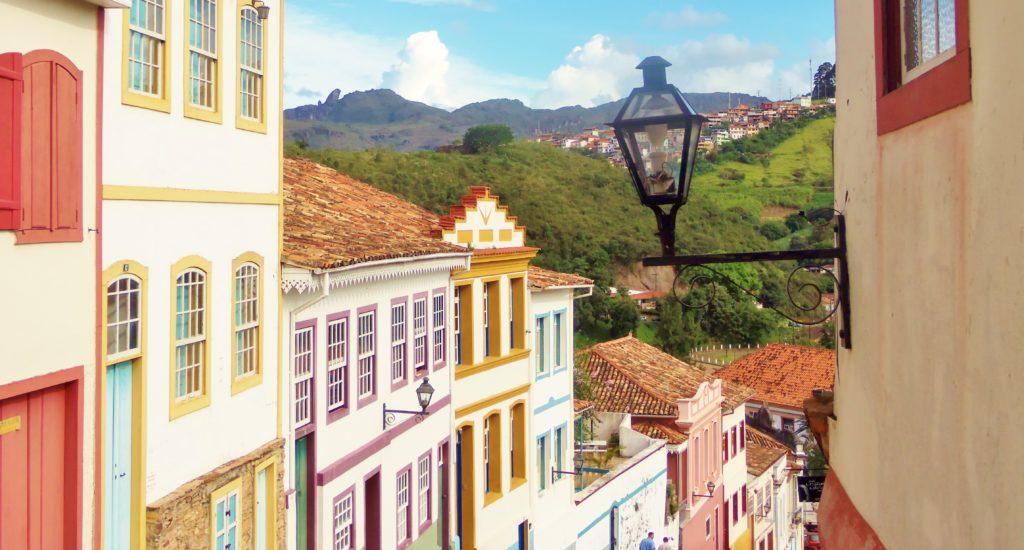 Casarões de Ouro Preto têm portas e janelas coloridas, com lustres voltados para rua