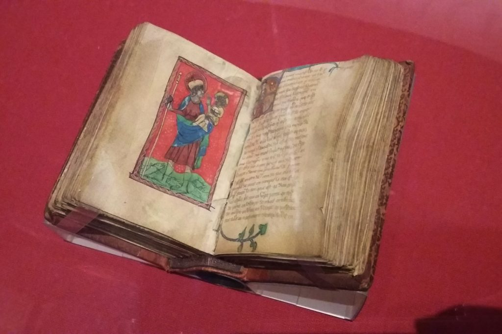 Book of kells etá com as páginas amareladas, porém, os desenhos e escritos estão preservados
