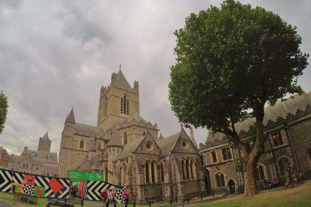 Church Catedral tem várias torres e fica num jardim gramado com uma grande árvore ao lado