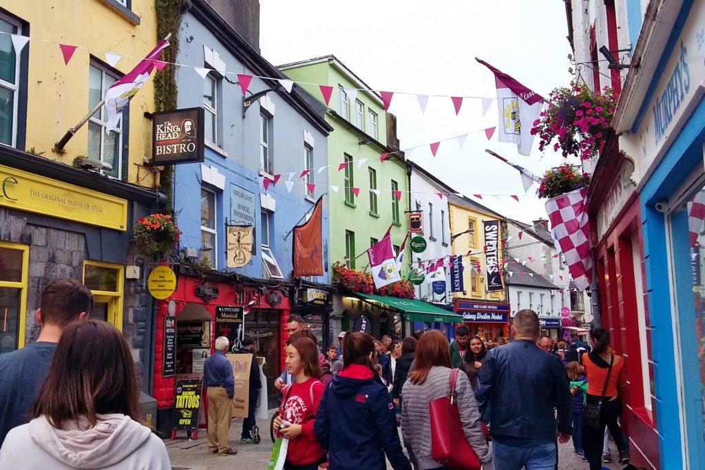 Ruas de Galway são enfeitadas com bandeirinhas vermelhas e as casas são coloridas
