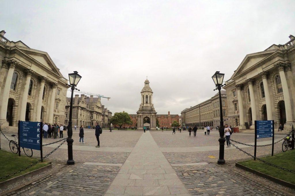 Cada lado da Trinity College tem um prédio igual, com um lustre e, ao centro do pátio, fica o campanário