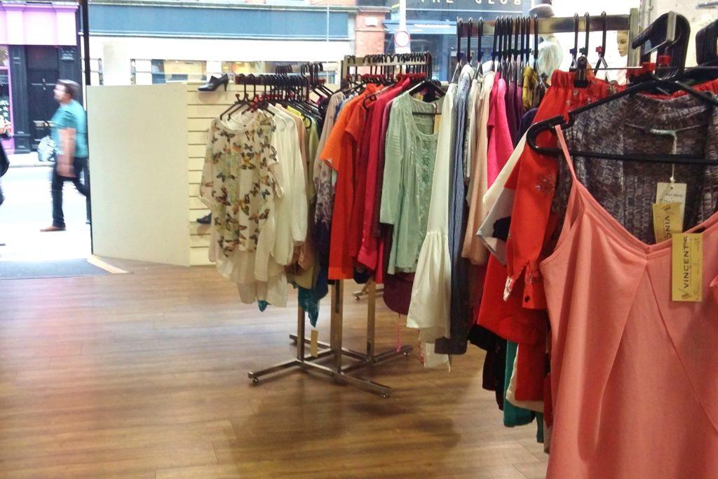 Em cada arara da loja ficam modelos diferentes de blusas, separadas por cores e tamanhos